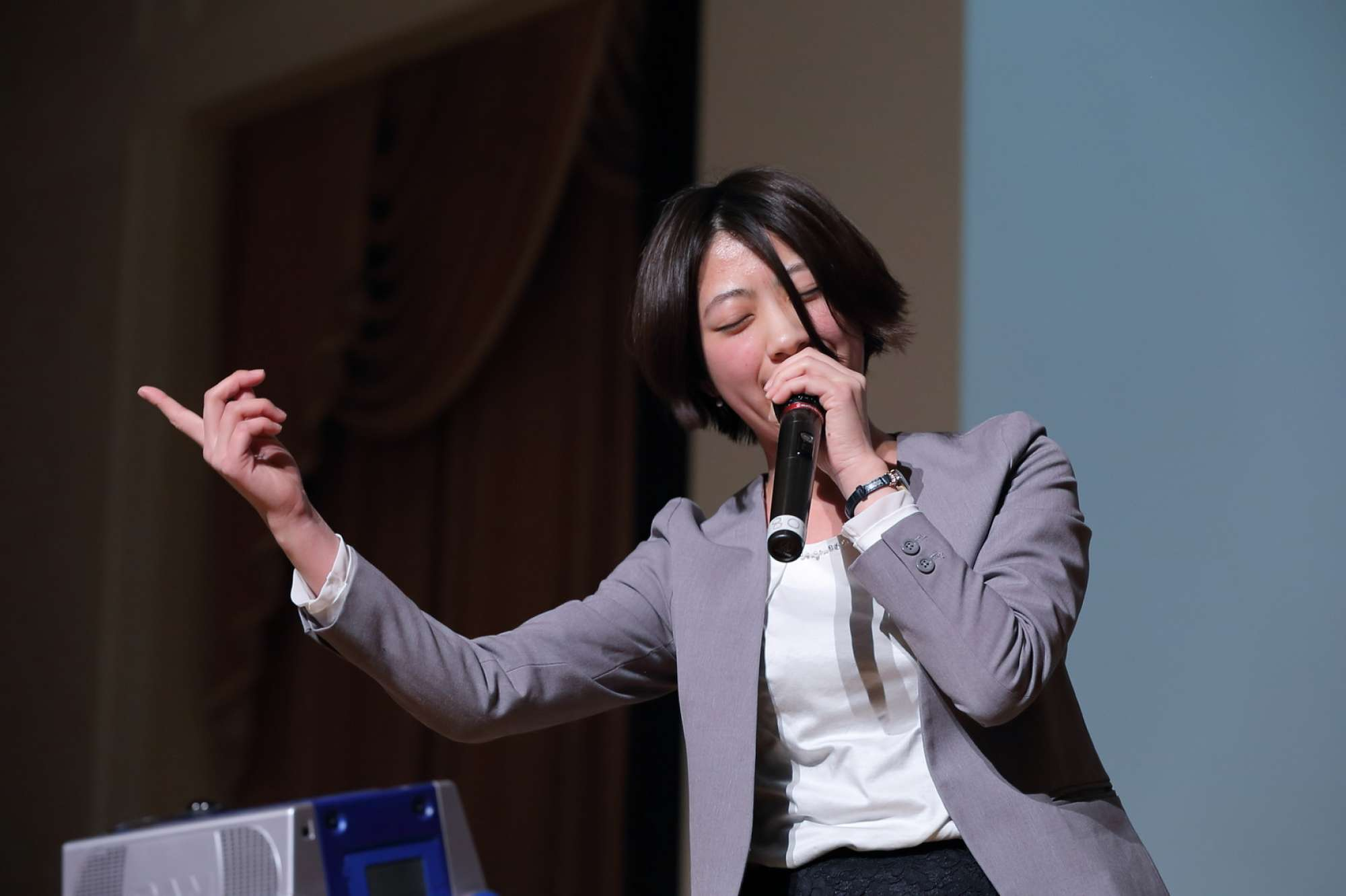 - 竹内建設創業40周年記念イベントの写真。カラオケ企画で入社一年目にもかかわらずトップバッターで渡辺真知子さんの「かもめが翔んだ日」を熱唱しました(笑) -