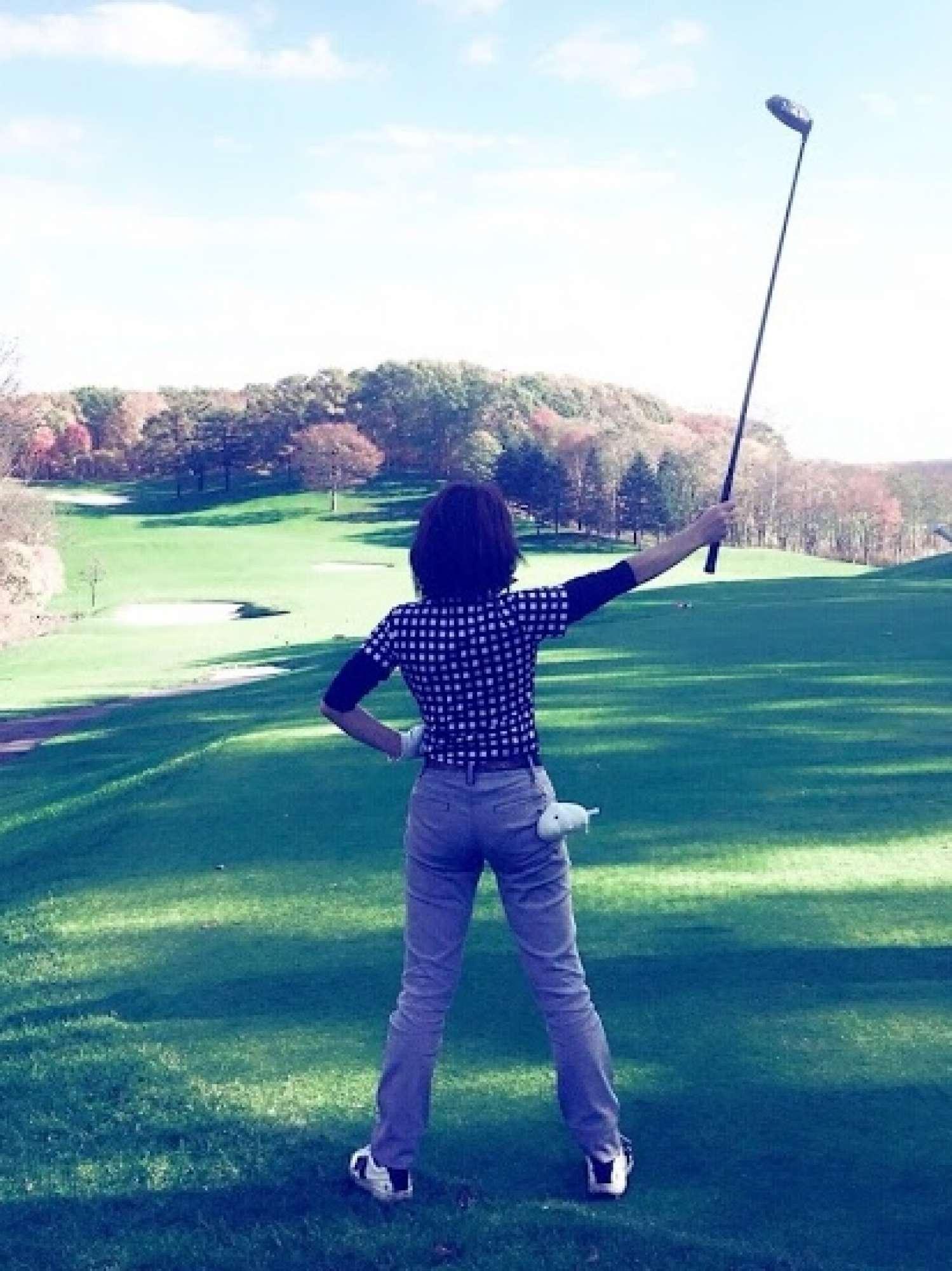 - いたずら以外にもたくさんの趣味があります。以前は水上スキーやジェットが好きで毎週通っていましたが、ここ最近はゴルフをよくしています。(写真はゴルフ場での決めポーズ) -